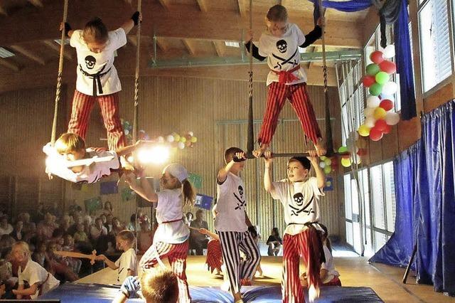 Grundschüler bieten ein begeisterndes Zirkusprogramm