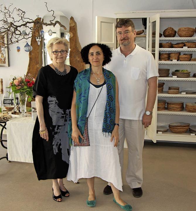 Neueröffnung in Endingen: links Silvia...nger mit  Michelle und Norman Hothum.   | Foto: Helmut Hassler