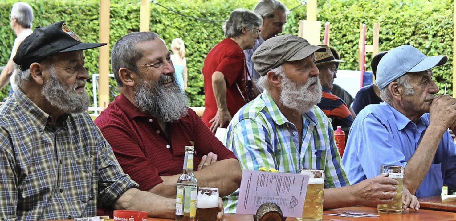 Gartenfest: Die Bartträger waren zumindest an diesem Tisch in der Überzahl.    Foto: Christa Maier