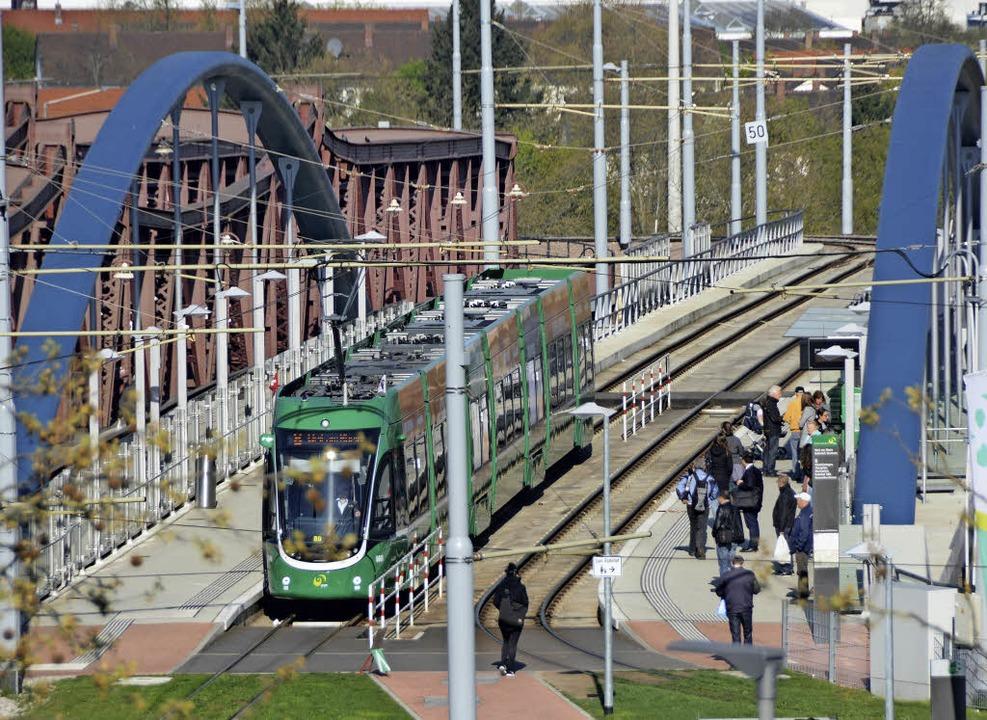 Der Tram-Halt am Bahnhof soll nicht Endstation bleiben.   | Foto: Lauber
