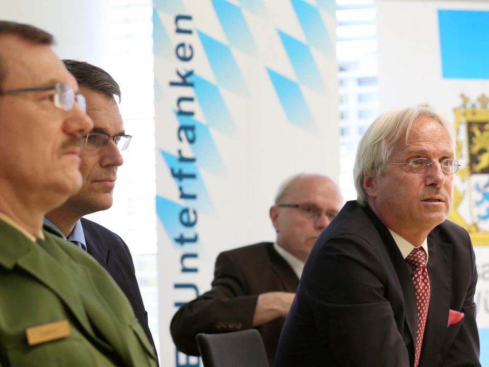 Polizeipräsident Gerhard Kallert (Poli... äußern sich in einer Pressekonferenz.  | Foto: dpa