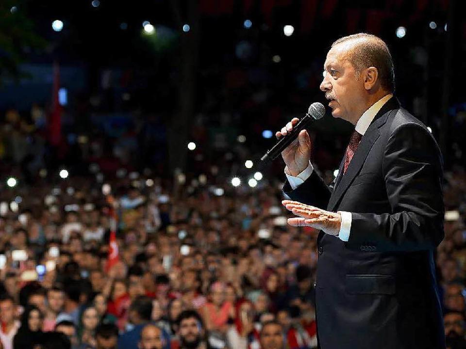 Erdogan spricht in Istanbul vor  jubelnden Anhängern.   | Foto: dpa