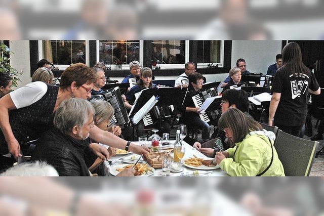 Akkordeonmusik im Wirtshausgarten