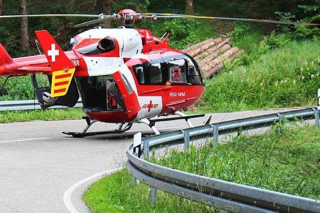 Motorradfahrer stürzt Böschung hinunter und verletzt sich tödlich