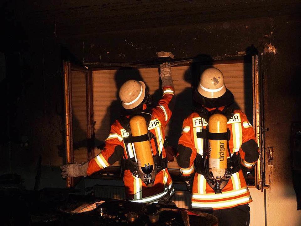 Wo ist noch Feuer? Unter Atemschutz sucht die Freiämter Wehr alles gründlich ab.  | Foto: F'euerwehr