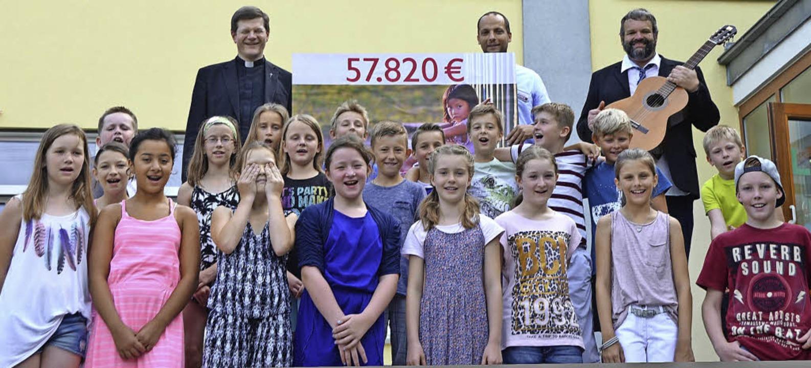 Erzbischof  Stefan Burger (hinten, von...ttenheimer Grundschule fotografieren.   | Foto: Jonas Hirt