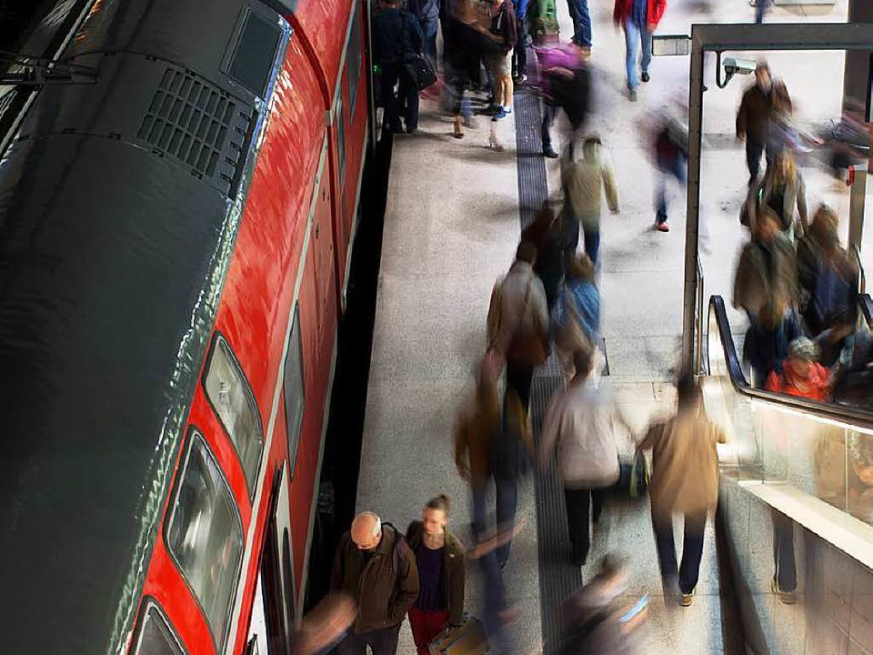 Verkehrt künftig öfter: Regiozug auf der Rheintalbahn.  | Foto: dpa