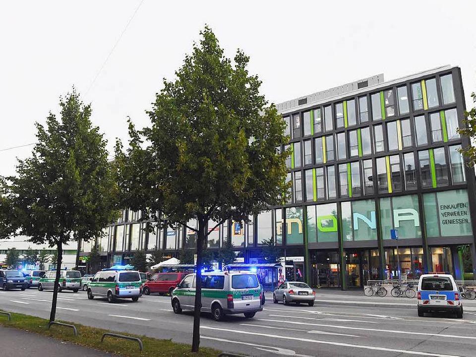 Das Olympia-Einkaufszentrum, vor dem die Schüsse gefallen sind.  | Foto: dpa