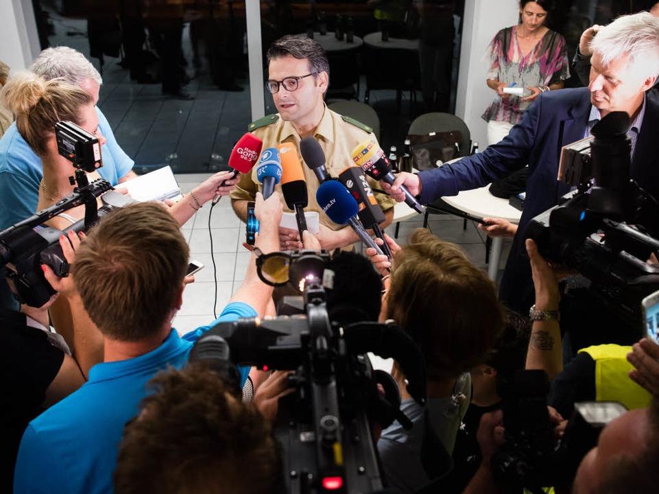 Marcus da Gloria Martins, Pressesprech...hen, gibt der Presse ein Statement ab.  | Foto: dpa