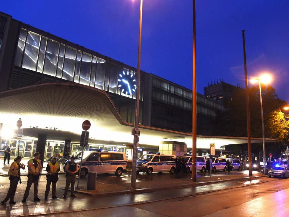 Polizeikräfte sperren den Hauptbahnhof ab.  | Foto: dpa