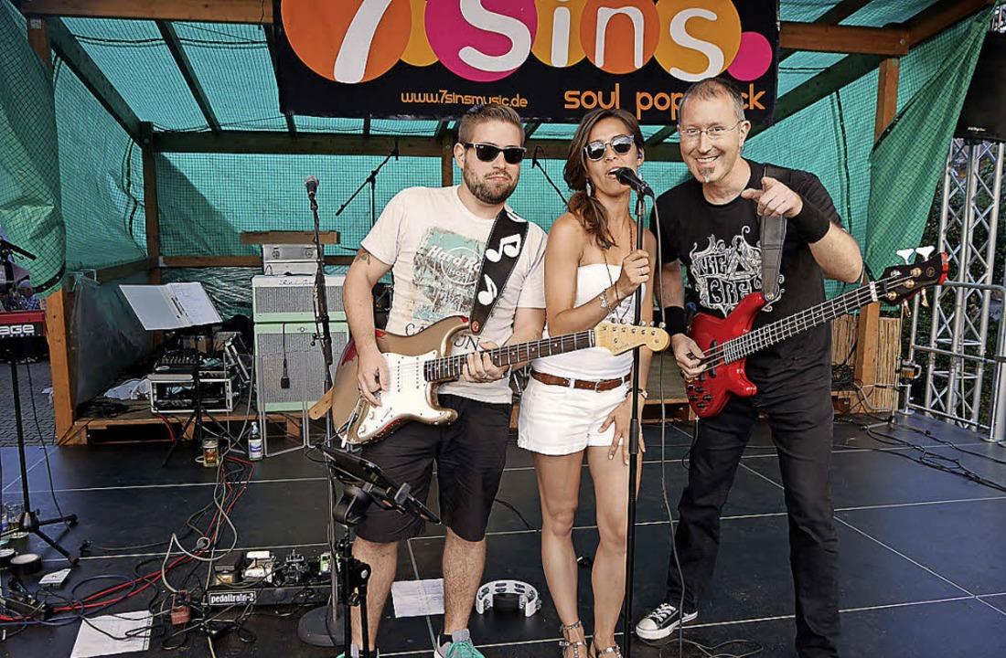 Partytime: Die Band 7Sins sorgte für t...robiert und natürlich gekauft werden.   | Foto: Marion Rank