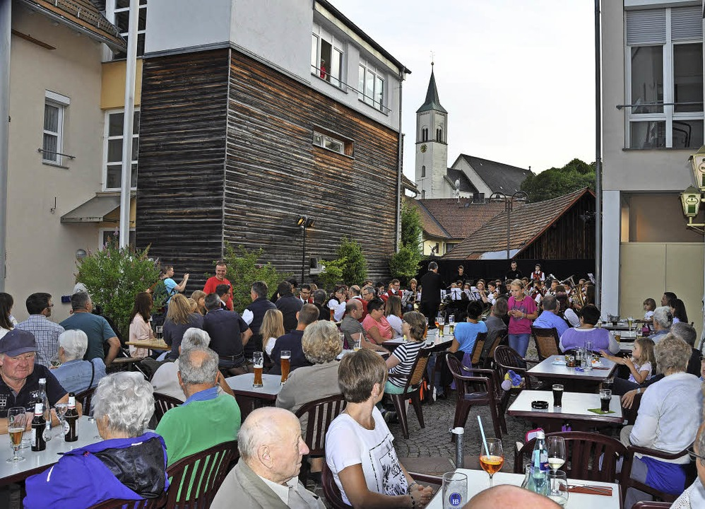 Die Rickenbacher Dorfmitte war am Sams...das schöne Wetter und die Musikstücke.  | Foto: Kirsten Lux