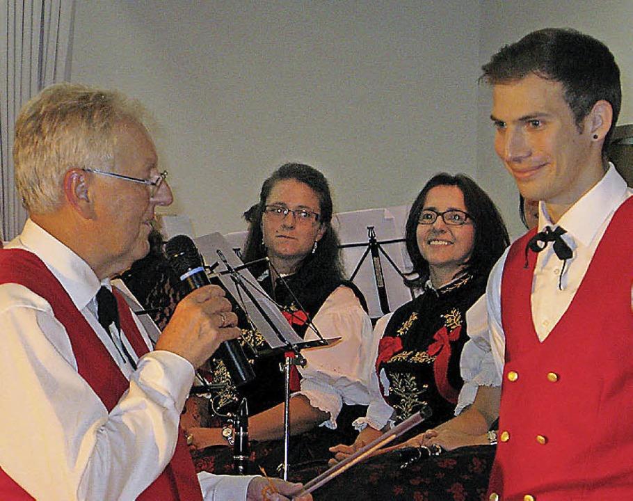 Rolf Schmidt übergibt den Taktstock an seinen Nachfolger Dominik Hierholzer.  | Foto: Ulrike Spiegelhalter