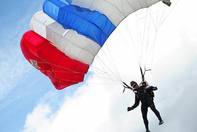 Fallschirmspringer stürzt nach Defekt ab - verletzt
