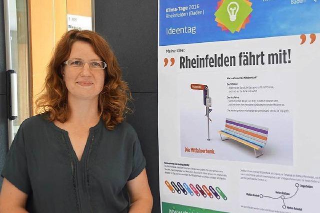Mitfahrer in Rheinfelden warten auf der Bank