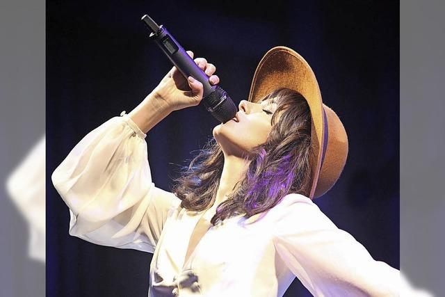 Katie Melua tritt im großen Zirkuszelt auf