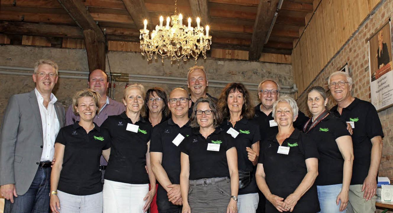Die Gemeinde schenkte dem Bürgerscheunen-Team einen eleganten Kronleuchter.    | Foto: Mario Schöneberg