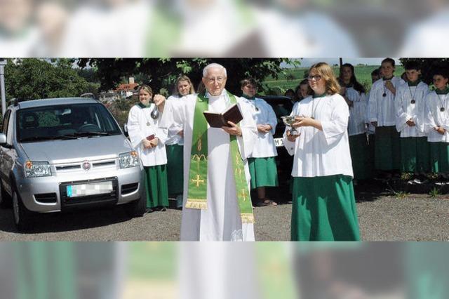Pfarrer Georg Hirt segnet die Fahrzeuge