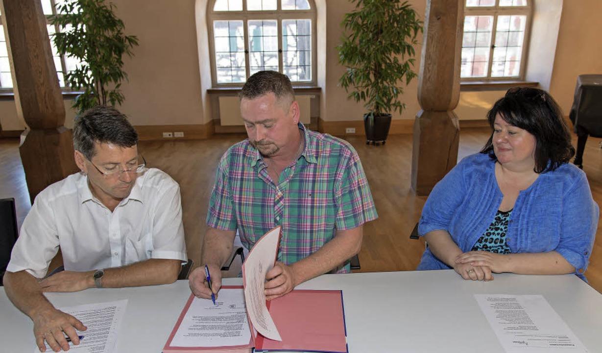 Bei der Unterzeichnung des Vertrags: B...Metz und Heimtraude und Albin Stöckel   | Foto: OLAF MICHEL