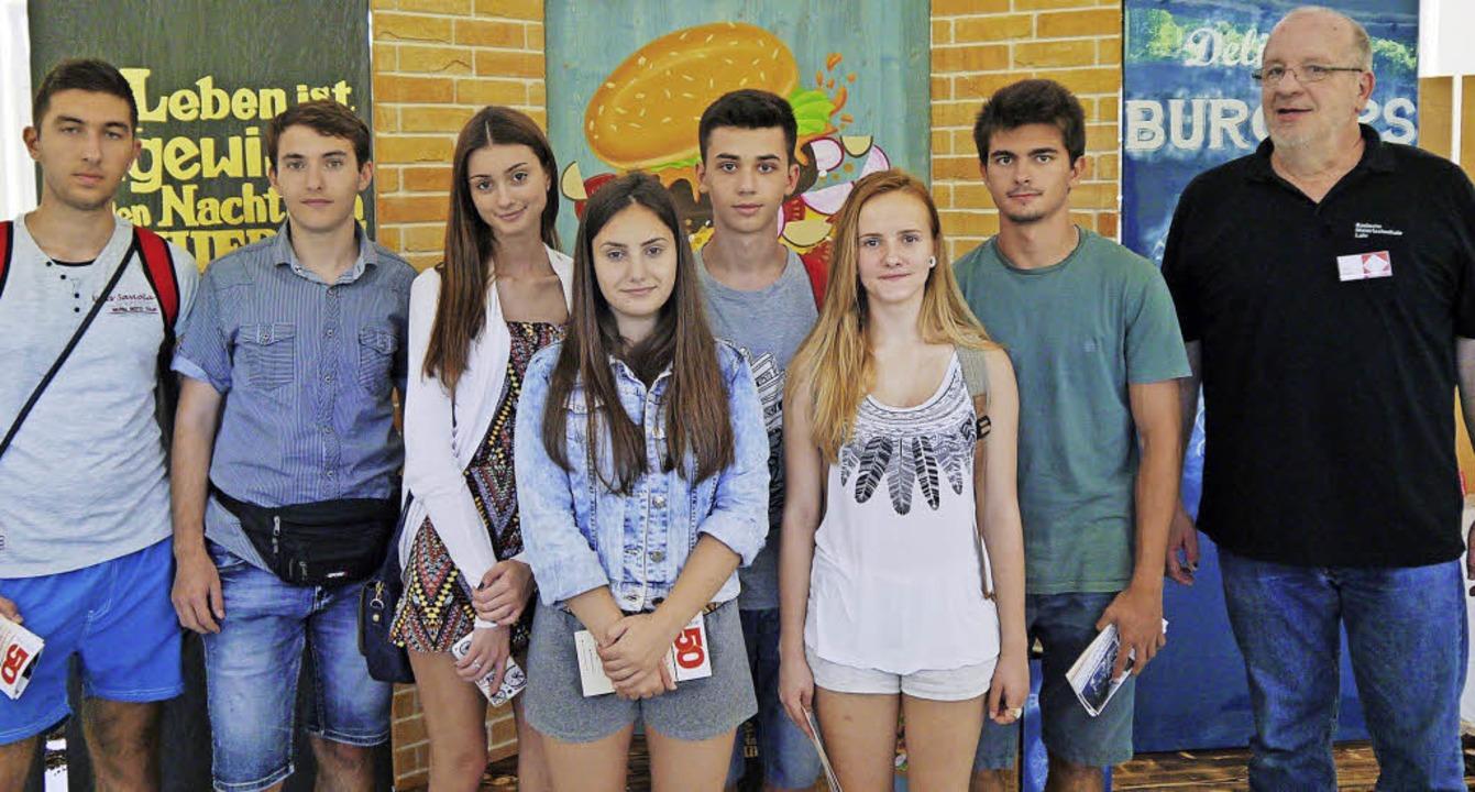 Die bulgarischen Praktikanten mit Schu...r Badischen Malerfachschule in Lahr.      Foto: Landratsamt Ortenaukreis