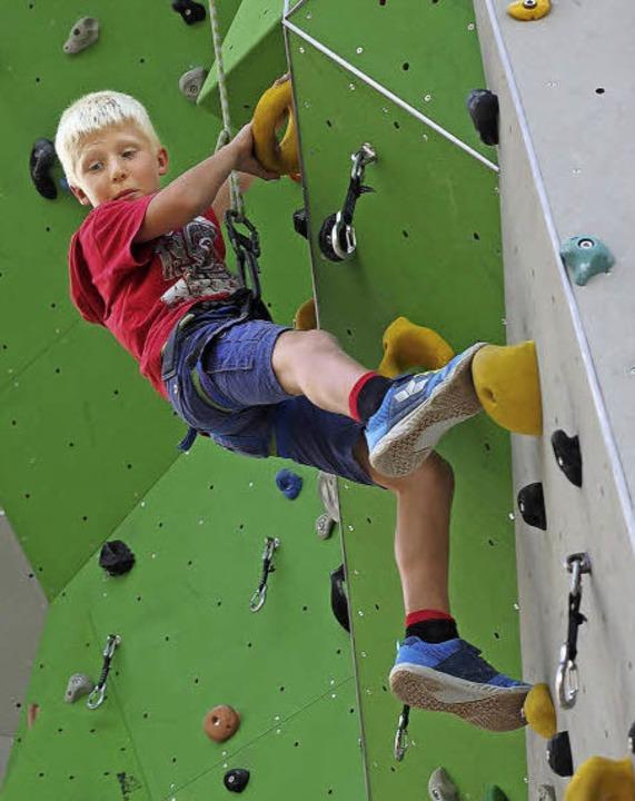 Prüfender Blick nach unten: Elias (9) klettert nun schon seine sechste Route.  | Foto: Susanne Gilg