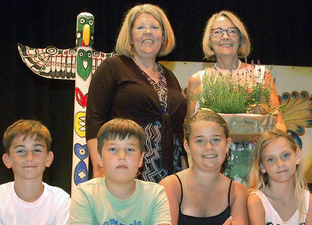 Rektorin Eva Peppekus (links hinten) v...en Ruhestand, mit dabei auch Schüler.   | Foto: privat