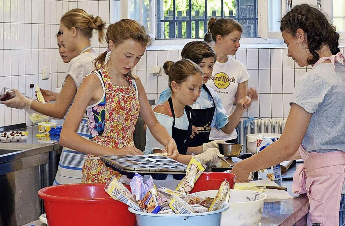 <BZ-FotoAnlauf>CSG:</BZ-FotoAnlauf> Schülerinnen üben sich im Backen.     Foto: Schule