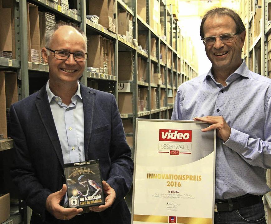 Dieter Amann (links) und Bernhard Rössle mit dem Innovationspreis    Foto: Sabine Model