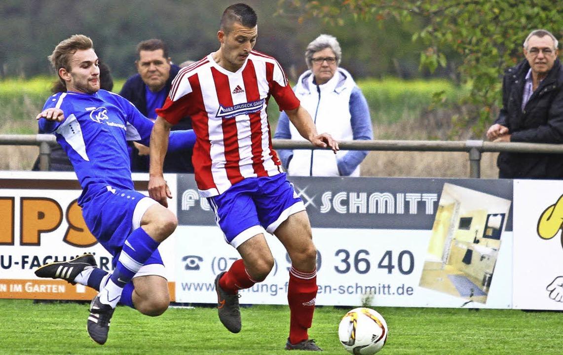 MIke Menninger (rechts) ging  von der ...eier-Allmannsweier zum SV Kippenheim.   | Foto:  P. Aukthun