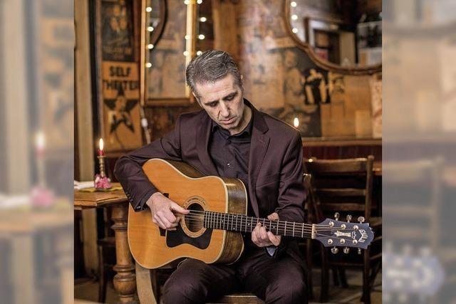 Michael Morrissey singt lyrische Balladen und Liebeslieder