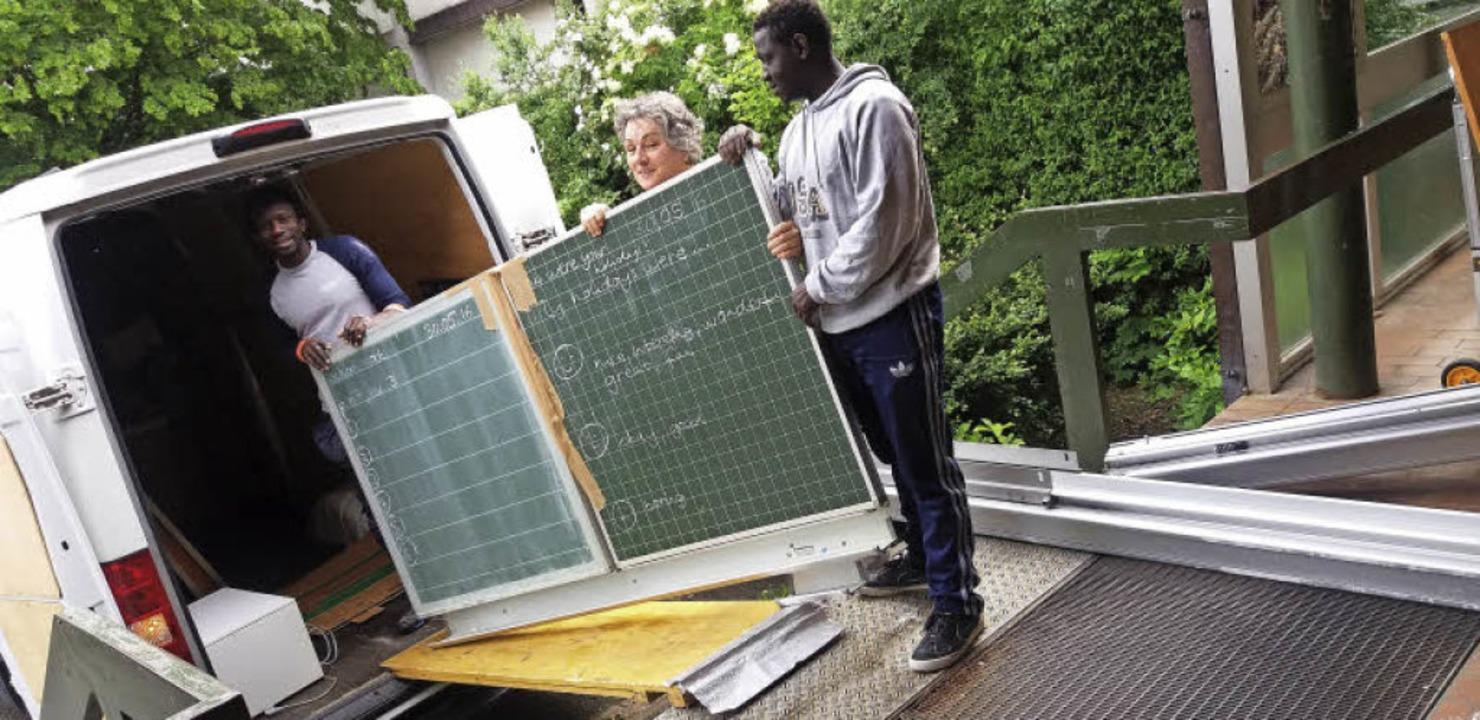 Beim Verladen der Schultafeln packten ...ie mit an. Im Hintergrund: Sonja Rau.   | Foto: privat