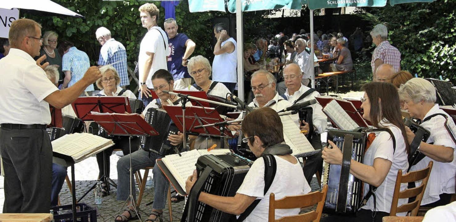 Beste volkstümliche Unterhaltung liefe...warzwaldvereins im Forsthausgarten ab.    Foto: Walter Bronner