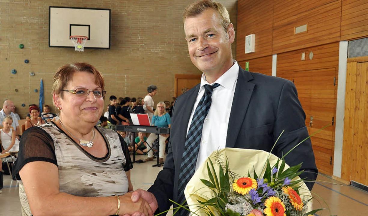 Bürgermeister Oliver Rein dankte  Ingr...ür ihre Verdienste um das Theresianum.  | Foto: Kai Kricheldorff