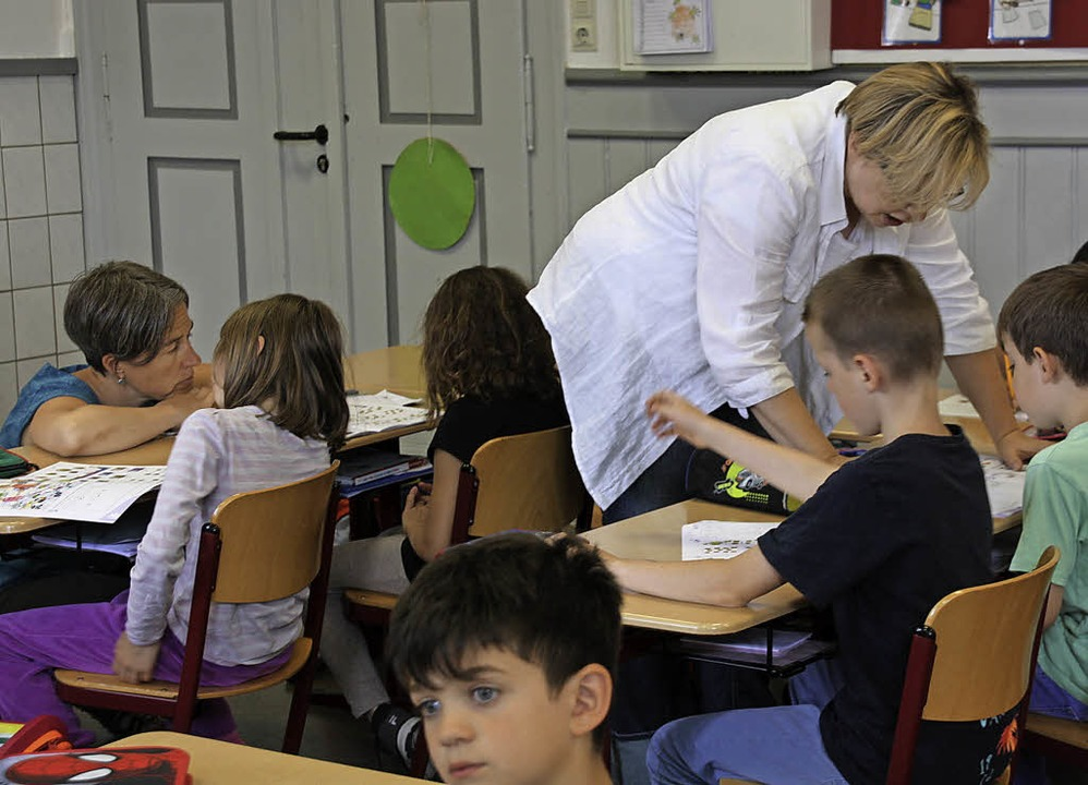 Sozialpädogin Eva Martus und Lehrerin ... Treppenstufen besser sichtbar machen.  | Foto: Christiane Franz
