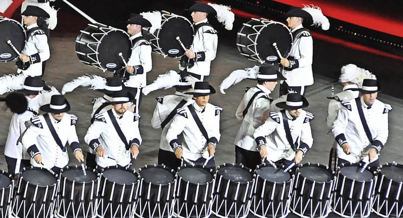 Sascha Karle bedient im Top Secret Jub...Trommeln (hinten, Zweiter von links).     Foto: Daniel Gramespacher