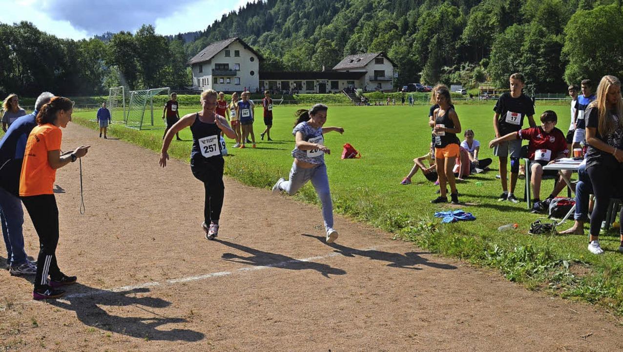 Während einige Schülerinnen mit mehr o...ettbewerbe im Stadion in St. Blasien.   | Foto: Sebastian Barthmes