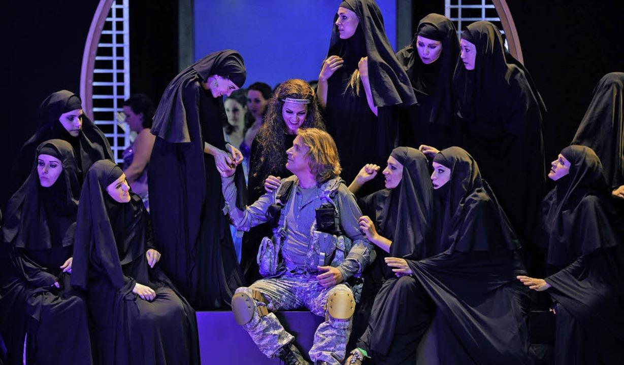 Märchen aus 1001 Nacht anno 2016: Pars... Florian Vogt) und Burka-Blumenmädchen  | Foto: Nawrath