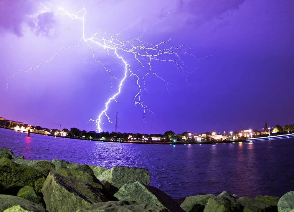 Blitze über dem Rostocker Hafen  | Foto: dpa
