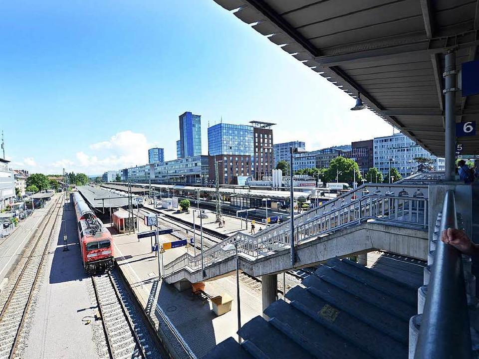 Alles andere als barrierefrei: der Freiburger Hauptbahnhof   | Foto: Rita Eggstein