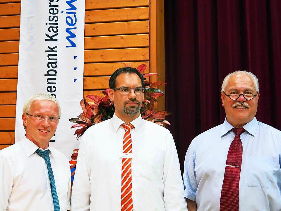 Michael Hettich (links) und Altbürgerm...d die Ehrennadel in Silber überreicht.  | Foto: Claudia Müller