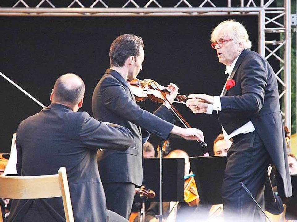 Justus Frantz mit der Philharmonie der...st Linus Roth im Bad Krozinger Kurpark    Foto: Hans Jürgen Kugler