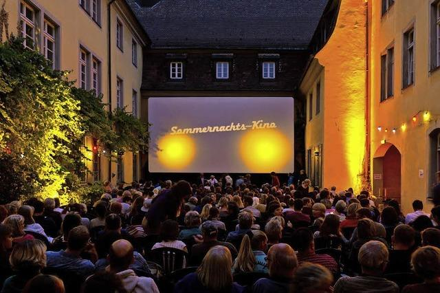 Im Innenhof des Schwarzen Klosters startet das Sommernachtskino mit