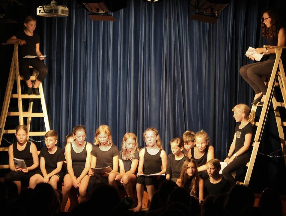 Mehrere spannende Gedichte brachten di...s Breisacher Gymnasiums auf die Bühne.    Foto: Joshua Kocher