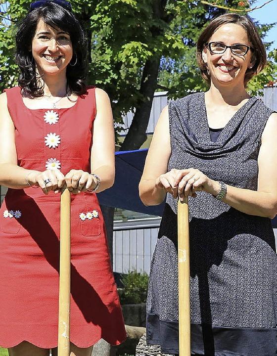 Carolina Martínez Echeverría (links) u...re beim Spatenstich für die Roche-Kita    Foto: Roche