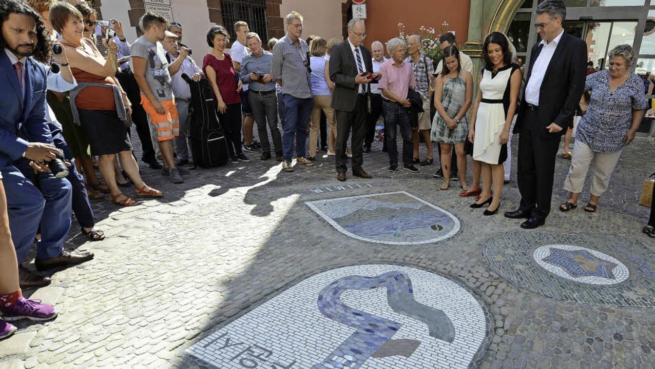OB Salomon (Zweiter von rechts) und di... Aviv und  Suwon auf dem Rathausplatz   | Foto: Rita Eggstein