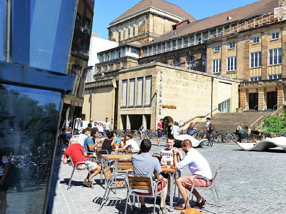 Kaffeepause in der Sonne: Ab Montag so...fekte Verbindungstür ist ausgetauscht.  | Foto: Rita Eggstein