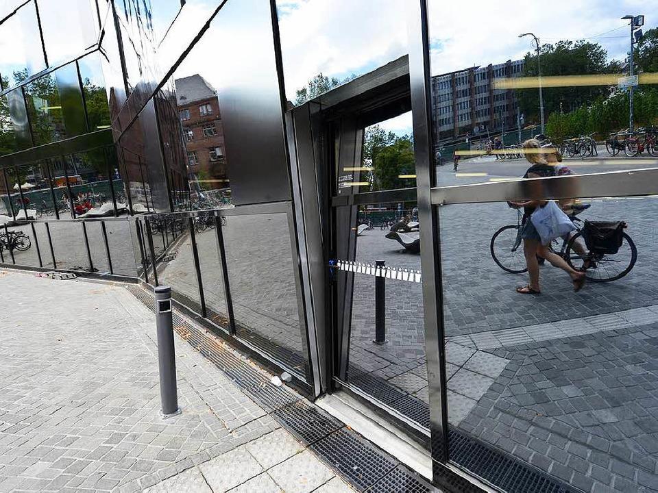 Die neue Tür steht jetzt senkrecht &#8... extra Nische in der modernen Fassade.    Foto: Rita Eggstein