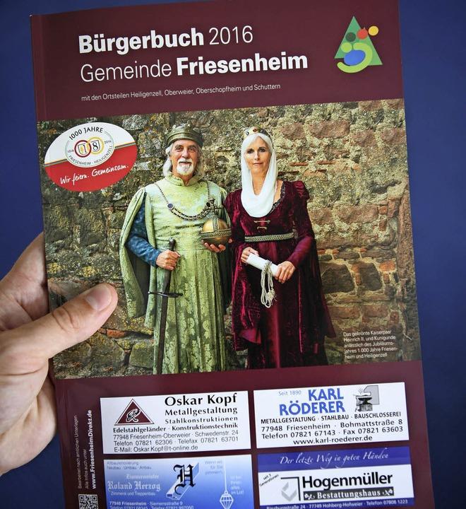 Das Titelbild des neuen Bürgerbuchs sc...paars anlässlich der 1000-Jahr-Feier.   | Foto: Bastian Bernhardt