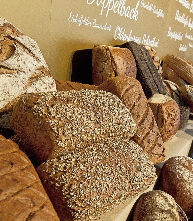 Bis ein Brot fertig ist, müssen viele Menschen daran arbeiten.  | Foto: dpa