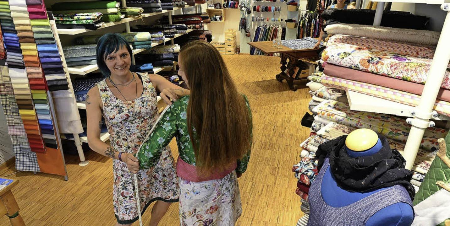 Simone Szangolies nimmt Maß in ihrem Laden Fair näht.   | Foto: Ingo Schneider